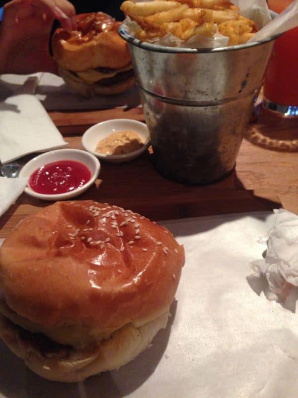 Classic Burger med øl og pommes frites.