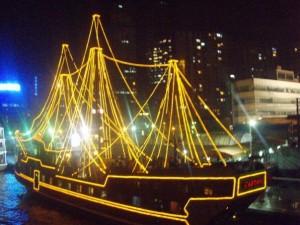En lysende båt på elven i Shanghai, rett ved The Bund. Foto: Reisetilkina.com