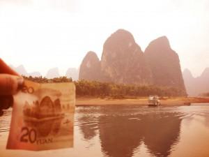 En 20-yuan-seddel og dets motiv i bakgrunnen. Foto: Reisetilkina.com