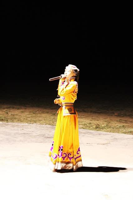 Et danse- og syngeshow varmet litt. Foto: Reisetilkina.com