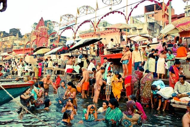 Folk tar et bad i den hellige elven. Foto: Reisetilkina.com