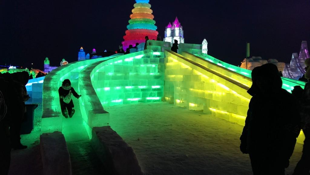 Lys og is går hånd-i-hånd for å skape en god og lun stemning i Harbin. Foto: Reisetilkina.com