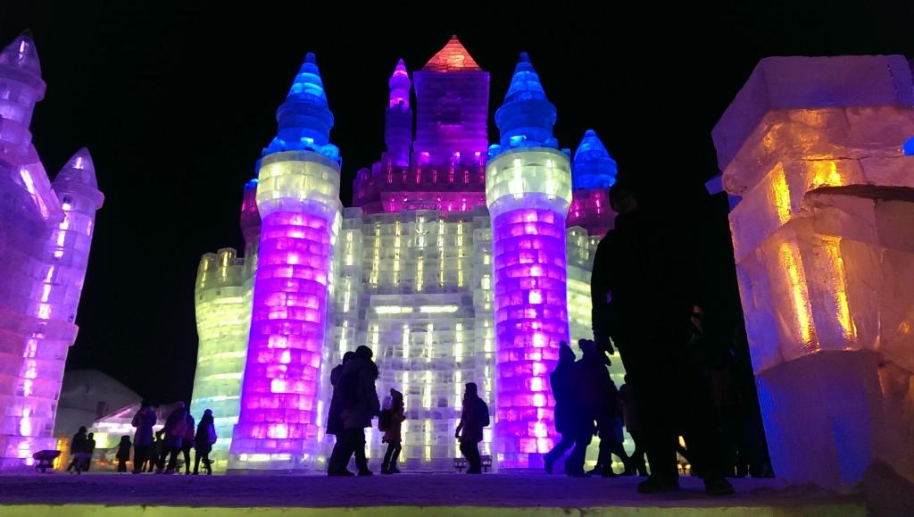 Enorme bygninger med god opplysning setter stemning på kveldstid. Foto: Reisetilkina.com